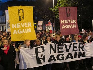 foto: ap/shawn pogatchnik Nach dem Tod von Savita Halappanavar, die an einer Blutvergiftung nach einer Fehlgeburt starb, gab es bereits Proteste. 2013 trat schließlich ein Gesetz in Kraft, das das Abtreibungsverbot im Falle einer Gefährdung der Mutter aufheben soll.